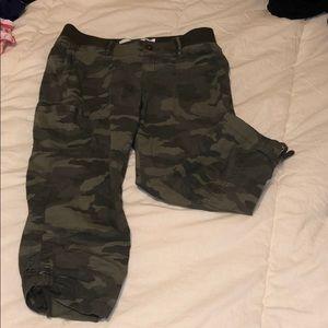 Camouflage capri cargo pants